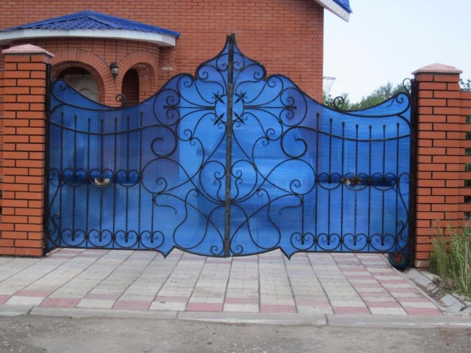 Как установить забор из поликарбоната?