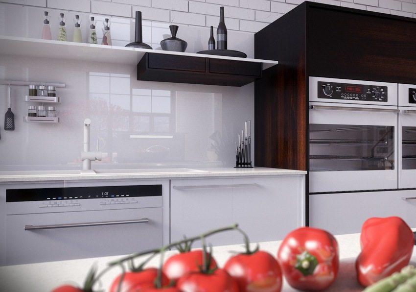 Стильный кухонный интерьер с фартуками из монолитного поликарбоната
